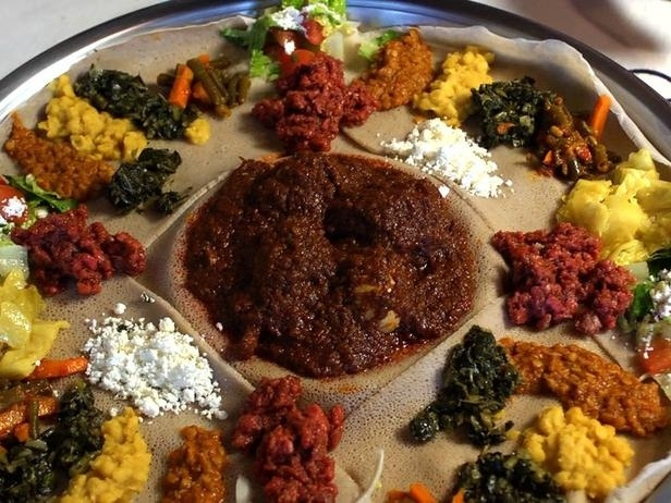 doro wat on injera ethiopie plat traditionnel - DocteurBonneBouffe.com