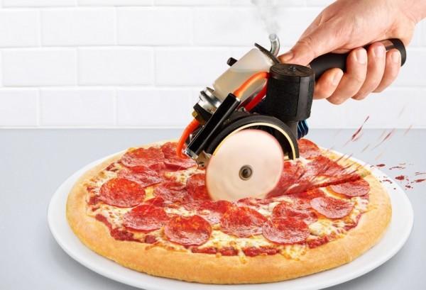 """Le """"gas-powered pizza cutter"""", une invention extraordinaire : une roulette à pizza automatique équipée d'un moteur deux chevaux!"""