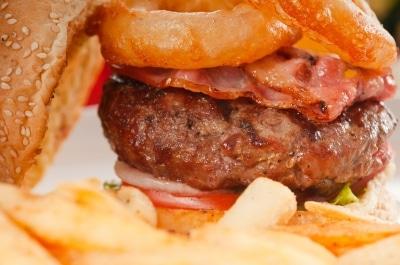 Les graisses saturées responsables de nos excès : burger riches en graisses saturées