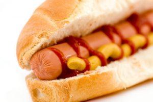 Dangers des hots dogs et des saucisses transformées