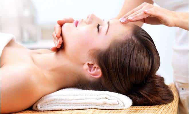 Un massage du visage pour ne plus vieillir
