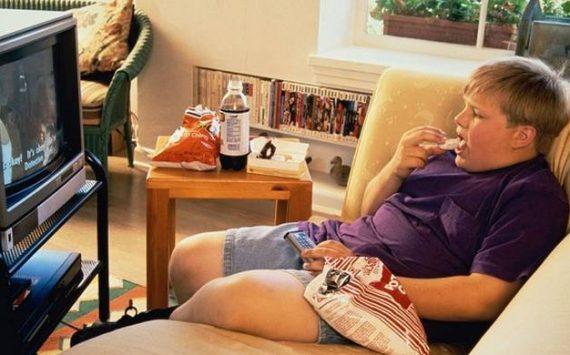 Manger devant la télévision: quelles conséquences ?
