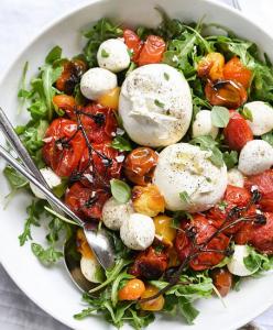 Salade oeufs pochés tomates