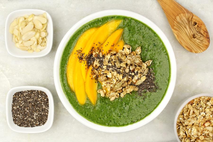 Smoothie bowl aux fruits et légumes verts