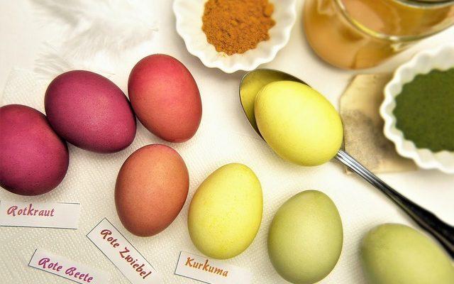 7 colorants naturels utiliser pour d corer vos oeufs de - Oeufs de paques a decorer ...