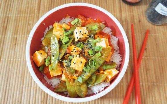 Pois gourmands sautés au wok, au tofu et à la sauce tomate (Recette facile⭐)