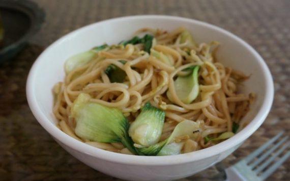 Nouilles sautées au chou pak choy et pousses de soja (recette facile ⭐)