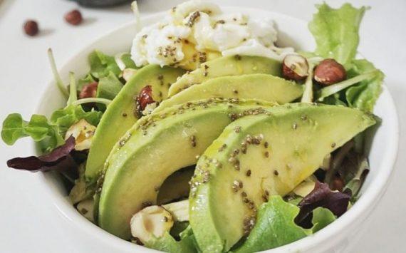 Salade express – avocat, oeuf poché et vinaigrette de graines de chia