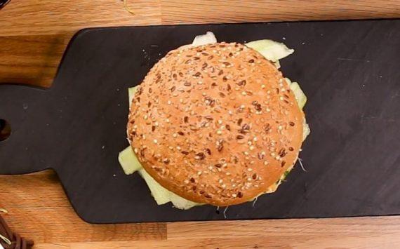 Burger au Steak de Saumon et à l'Avocat, pauvre en sel (recette facile⭐)