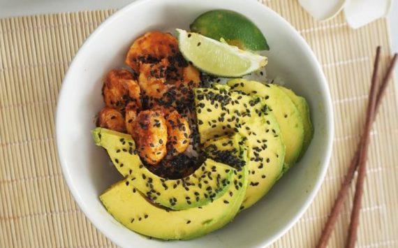 Crevettes sautées au paprika, avocat riz et sésame (recette facile⭐)