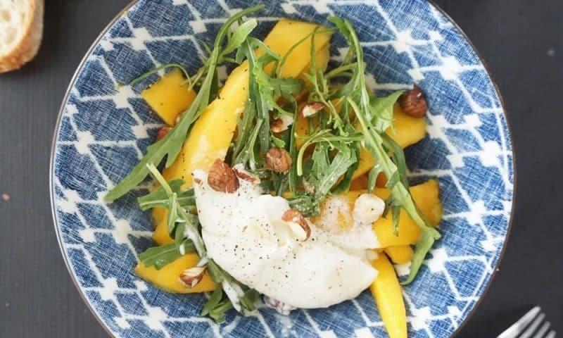 Salade légère de mangue à la burrata et à la roquette (recette facile ⭐)