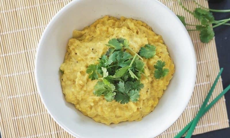 Dhal de lentilles jaunes au curry et au lait de coco (Recette facile⭐)