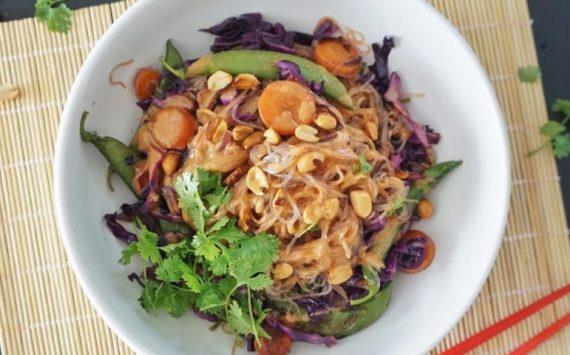 Vermicelles sautées aux légumes, sauce aux cacahuètes (recette facile⭐)