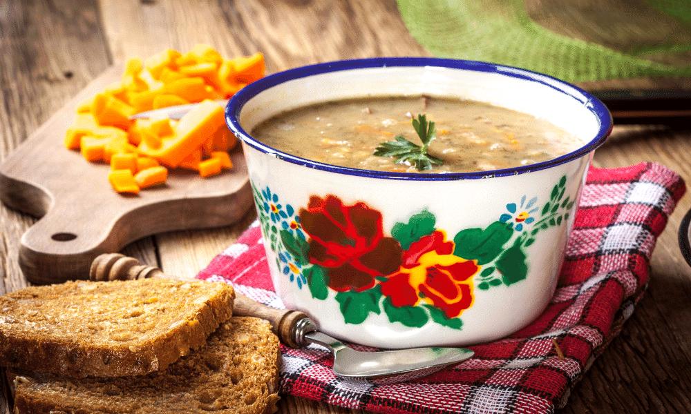 Grochówka végétarienne, soupe polonaise aux pois cassés (recette facile⭐)